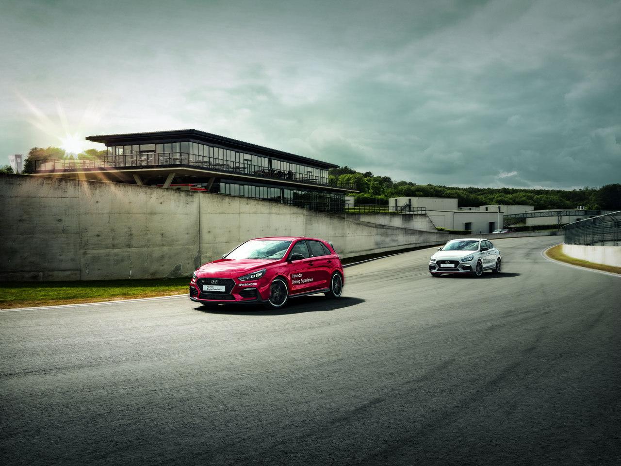 Dois carros Hyundai numa pista de corridas